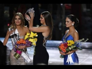 The job fell to last year's Miss Universe to remove the mistakenly awarded crown from Miss Colombia's head.